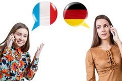 Jeunes femmes parlant du téléphone Photo libre de droits