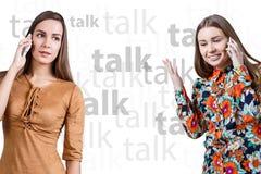 Jeunes femmes parlant du téléphone Images libres de droits