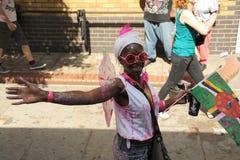 Jeunes femmes portant le drapeau des Caraïbes Image stock