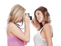 Jeunes femmes prenant des photos Photographie stock