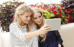 Jeunes femmes prenant l'autoportrait Photo stock