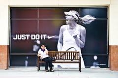 Jeunes femmes qui appellent cette publicité. photographie stock libre de droits