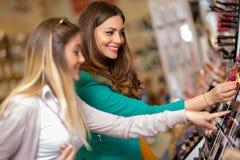 Jeunes femmes regardant des cosmétiques Photos stock