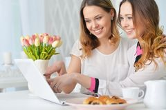 Jeunes femmes regardant l'ordinateur portable Image stock