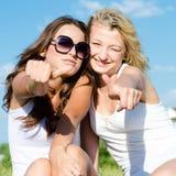 Jeunes femmes renonçant à des pouces Photo libre de droits