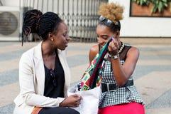 Jeunes femmes reposant leur panier devant eux Images libres de droits
