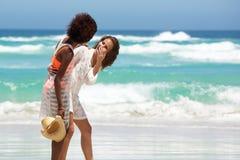 Jeunes femmes riant de la plage Photo libre de droits
