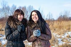 Jeunes femmes riantes et boisson chaude Photographie stock
