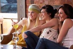 Jeunes femmes s'asseyant ensemble et parlant Photographie stock