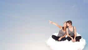Jeunes femmes s'asseyant sur le nuage avec l'espace de copie Images stock