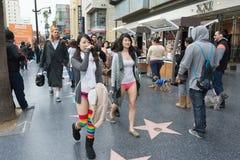 Jeunes femmes sans pantalon à Hollywood dans Photos libres de droits