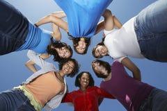 Jeunes femmes se tenant en cercle Image libre de droits