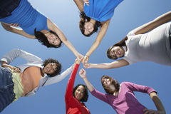 Jeunes femmes se tenant en cercle Photos libres de droits