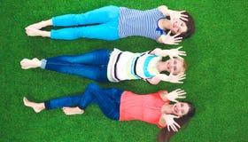 Jeunes femmes se trouvant sur l'herbe verte Photo libre de droits