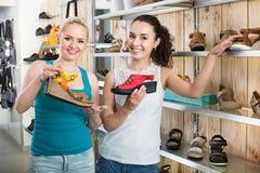 Jeunes femmes sélectionnant des chaussures Photos libres de droits