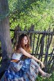Jeunes femmes sous un arbre à reposer Images libres de droits