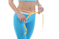 Jeunes femmes sportifs mesurant la taille. Image stock