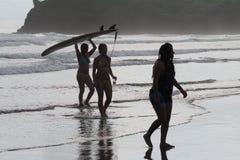 Jeunes femmes sur Hermosa, Nicaragua photographie stock libre de droits