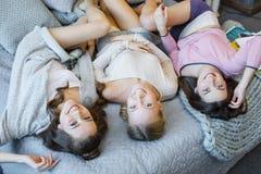 Jeunes femmes sur le lit Photos stock