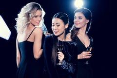 Jeunes femmes tenant des verres de vin et célébrant ensemble Photos libres de droits