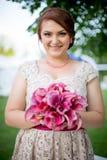 Jeunes femmes tenant le bouquet Image stock