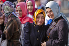 Jeunes femmes turques sous la pluie légère Photos libres de droits