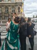 Jeunes femmes, une dans costumé, selfie de prise au coin de la rue de Paris Images libres de droits