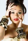 Jeunes femmes utilisant des bracelets Photos stock