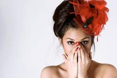 Jeunes femmes utilisant le casque rouge Image stock