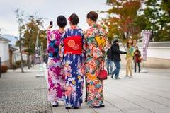 Jeunes femmes utilisant les kimonos japonais traditionnels Images stock