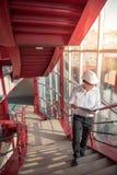 Jeunes fichiers de recopie asiatiques d'ingénieur au chantier de construction Photos libres de droits