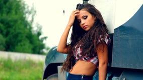 Jeunes fille de beauté et camion de camion en été banque de vidéos
