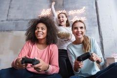 Jeunes filles amusées exprimant la joie en chambre à coucher à la maison Image stock