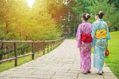 Jeunes filles asiatiques marchant sur la rue d'Osaka Photographie stock