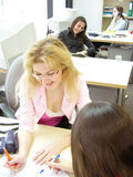 Jeunes filles au bureau photos libres de droits