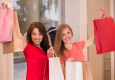 Jeunes filles avec des paniers dans le magasin Photo libre de droits