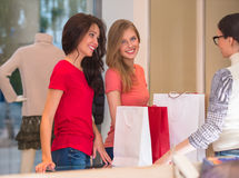 Jeunes filles avec des paniers dans le magasin Photos stock