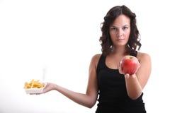 Jeunes filles avec une pomme et des pommes frites Photographie stock libre de droits