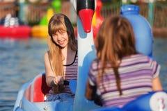 Jeunes filles ayant l'amusement dans un stationnement de l'eau Photographie stock libre de droits