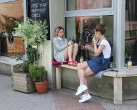 Jeunes filles causant devant un café à Bratislava, capitale de la Slovaquie Photo libre de droits