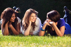 Jeunes filles détendant dehors Photos libres de droits