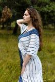 Jeunes filles dans des vêtements ethniques Images stock