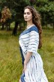 Jeunes filles dans des vêtements ethniques Image libre de droits