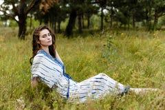 Jeunes filles dans des vêtements ethniques Image stock