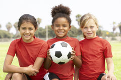 Jeunes filles dans l'équipe de football Photo stock