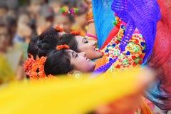 Jeunes filles dansant à Holi/à festival de printemps photo libre de droits