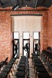 Jeunes filles de ballerine Femmes à la répétition dans les combinaisons noires Préparez une représentation théâtrale Image libre de droits