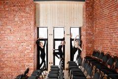 Jeunes filles de ballerine Femmes à la répétition dans les combinaisons noires Préparez une représentation théâtrale Photo libre de droits