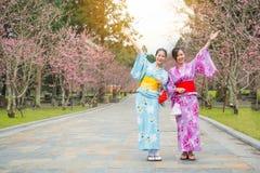 Jeunes filles de liberté avec des bras tendus Photos libres de droits