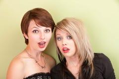 Jeunes filles de regard punky étonnées Image stock